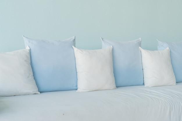 Decoração de almofadas bonitas e confortáveis no sofá