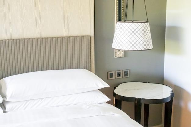 Decoração de almofadas brancas na cama