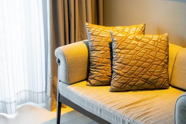 Decoração de almofadas lindas no sofá na sala de estar
