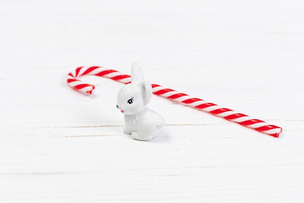 Decoração de alto ângulo com coelho branco e doces