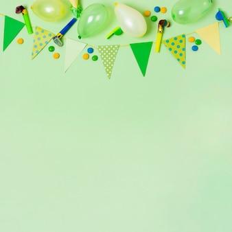 Decoração de aniversário vista superior sobre fundo verde, com espaço de cópia