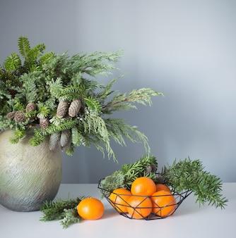 Decoração de ano novo com tangerinas em fundo cinza