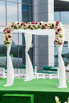 Decoração de arco floral na cerimônia de casamento