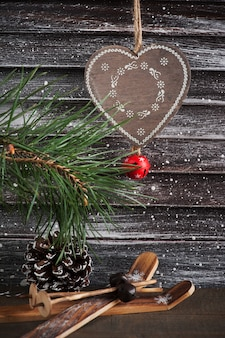 Decoração de árvore de natal, coração e esqui em estilo escandinavo