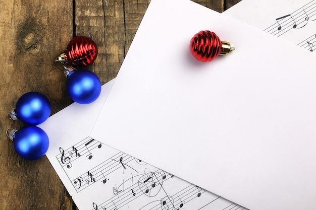 Decoração de árvore de natal de composição de ano novo na mesa e partitura com notas musicais