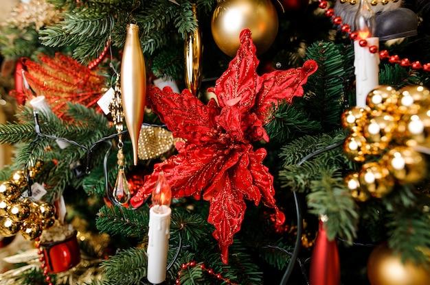 Decoração de árvore de natal elegante em tons de vermelhos e dourados