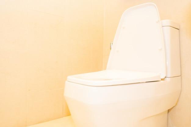 Decoração de assento de vaso sanitário branco no banheiro