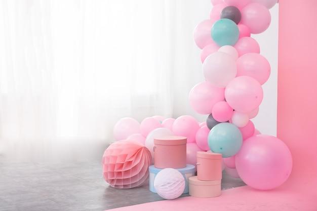 Decoração de balões e caixas-de-rosa