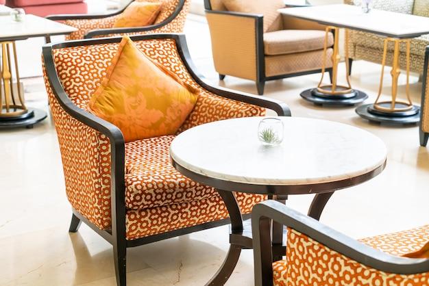 Decoração de belas almofadas no sofá