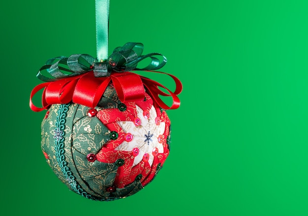 Decoração de bola de natal muito bonita feita à mão isolada