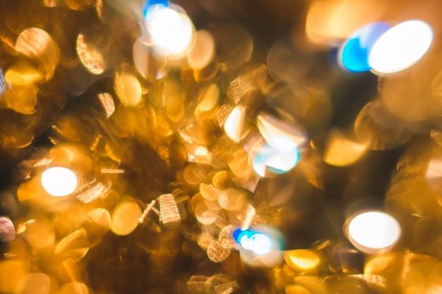 Decoração de bolas douradas para o natal fora de foco