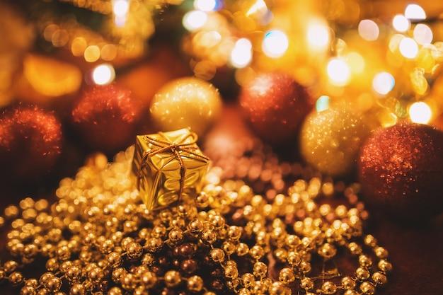 Decoração de bolas douradas para o natal