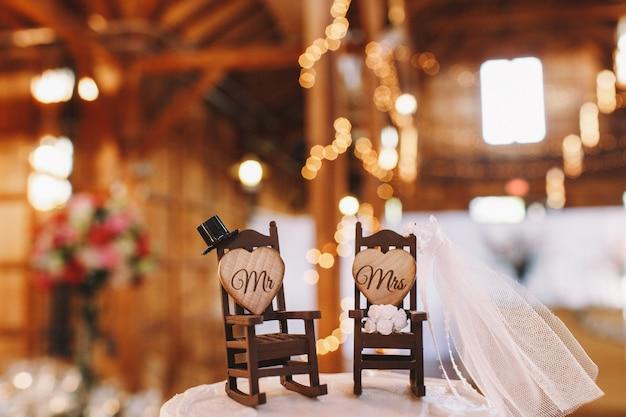 Decoração de bolo de casamento feita em para de duas cadeiras de balanço