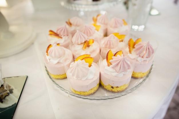 Decoração de bolo de copo de casamento colorido, é servido em recepções de casamento