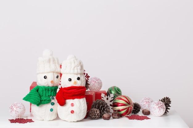 Decoração de bonecos de neve com caixa de presente vermelha