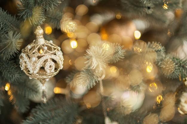 Decoração de brinquedo na árvore de natal, closeup