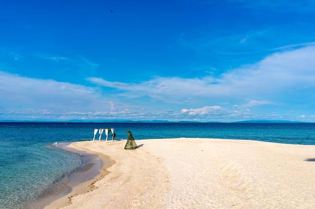 Decoração de cabine pré-casamento na praia na ilha da tailândia, em dia de céu aberto.