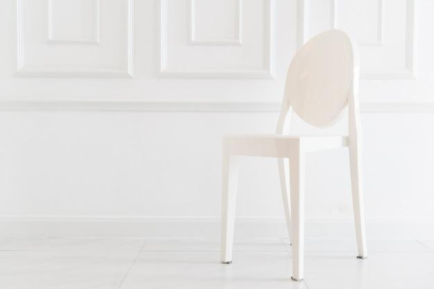Decoração de cadeira vazia no interior da sala de estar