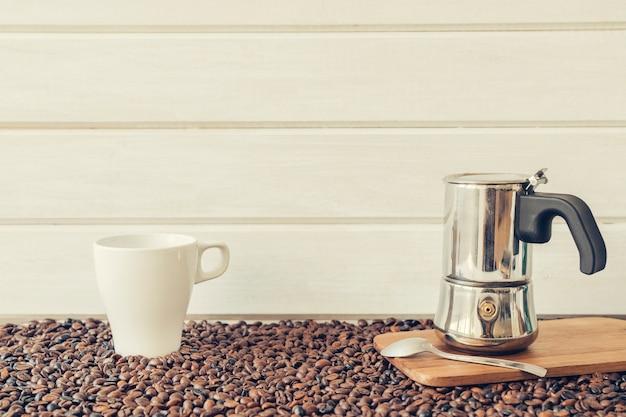Decoração de café com pote moka e caneca