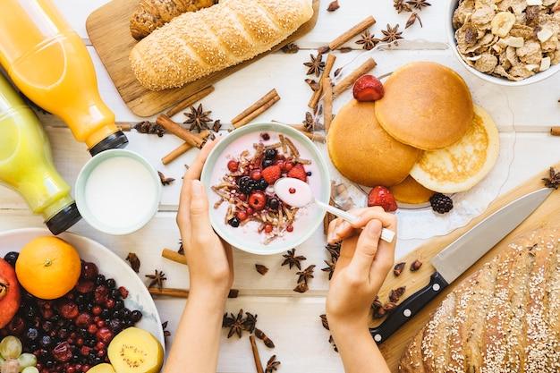 Decoração de café da manhã com conceito de comer iogurte