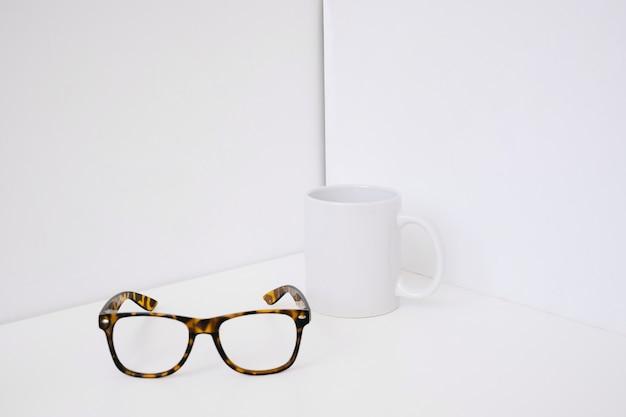 Decoração de canecas e óculos