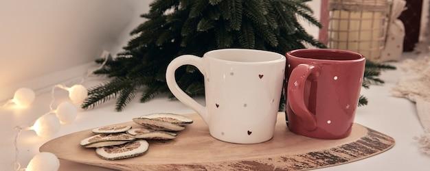 Decoração de casa bonita artesanal diy holdiay. quarto aconchegante decorado com árvore de natal com presentes embaixo. bebida quente na mesa. interior de ano novo em estúdio fotográfico