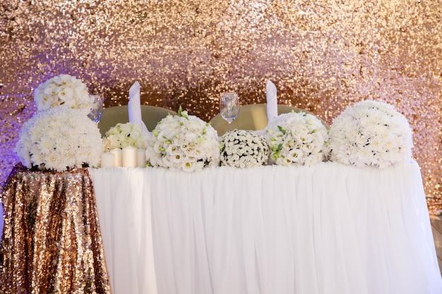 Decoração de casamento, buquês de flores brancas na mesa de casamento no restaurante