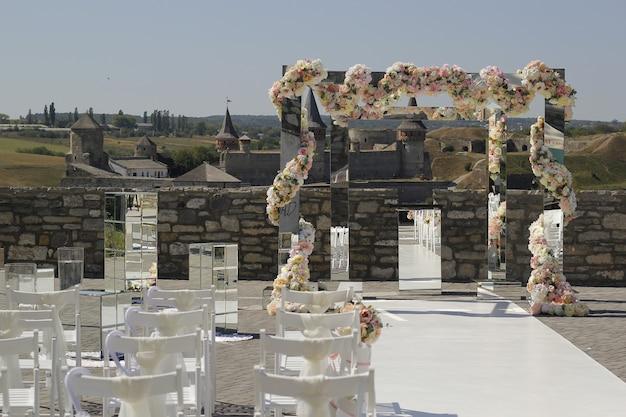 Decoração de casamento de espelhos e flores para a cerimônia de casamento