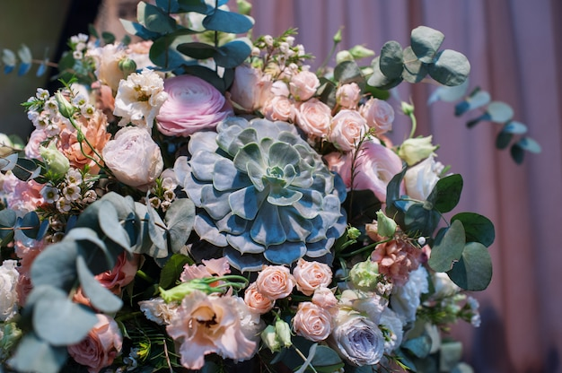 Decoração de casamento de flores para a cerimônia no restaurante