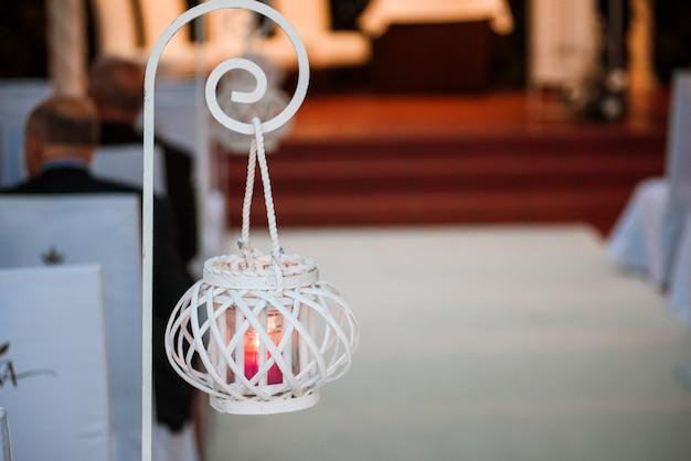 Decoração de casamento de tochas acesas brancas