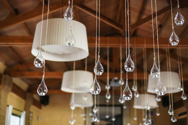 Decoração de casamento de velas em frascos de vidro em um restaurante