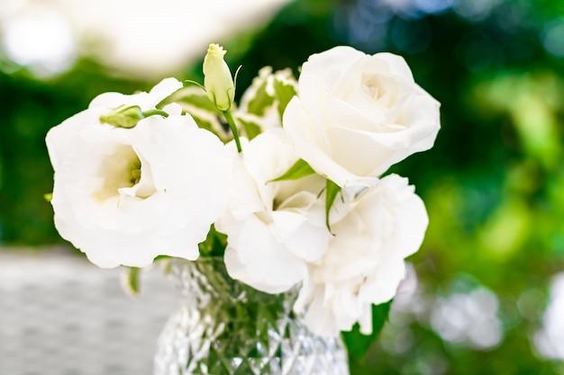 Decoração de casamento, decoração de mesa e buquê de beleza floral de rosas brancas em um restaurante de luxo ...