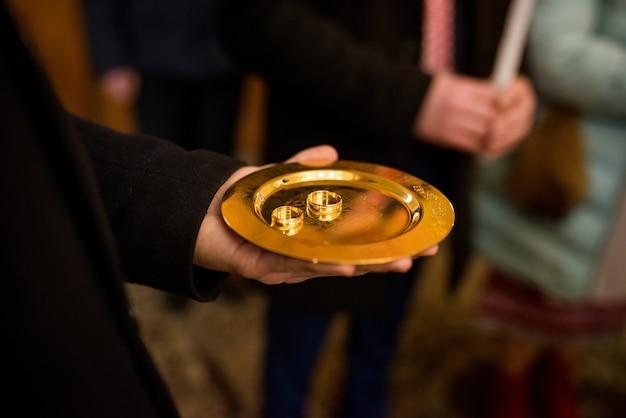 Decoração de casamento em igreja, velas para o feriado, alianças de casamento para a noiva