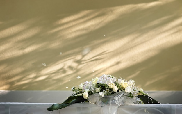 Decoração de casamento em um fundo de parede amarelo