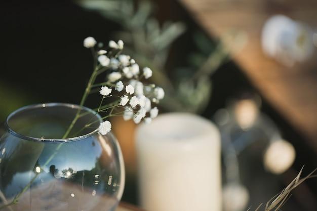 Decoração de casamento feita de velas, caixas de madeira e gipsófila