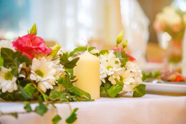 Decoração de casamento festivo, velas e flores