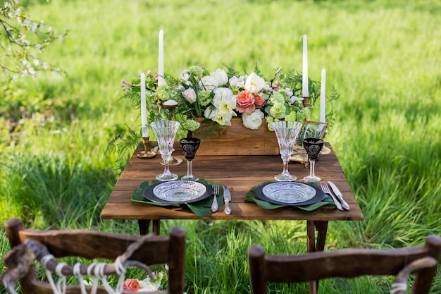 Decoração de casamento. mesa para os noivos ao ar livre. recepção de casamento.
