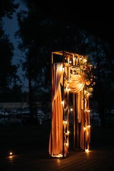 Decoração de casamento na rua à noite