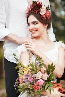 Decoração de casamento no estilo boho, arranjo floral, mesa decorada no jardim.