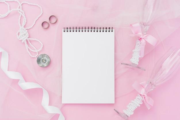Decoração de casamento plana leigos com bloco de notas vazio
