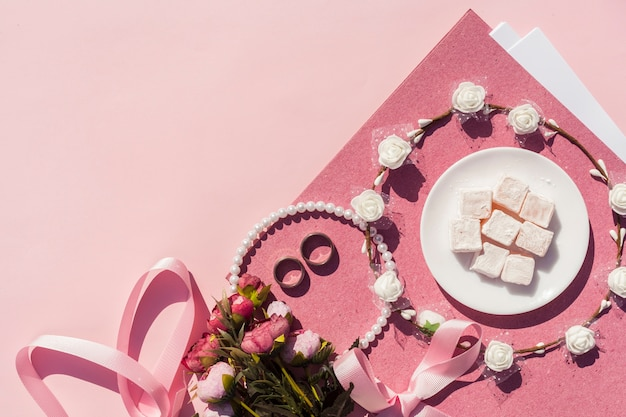 Decoração de casamento rosa com coroa de flores e espaço de cópia