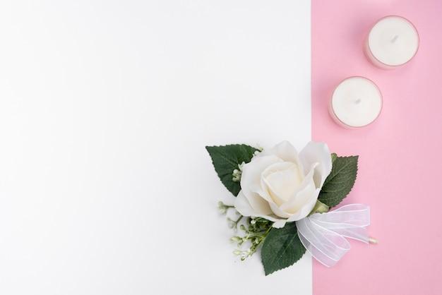 Decoração de casamento vista superior com rosa branca