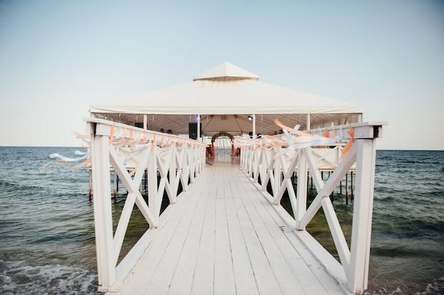 Decoração de cerimônia de casamento à beira-mar