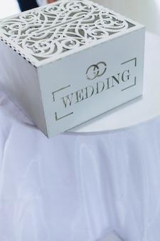 Decoração de cerimônia de casamento, cadeiras, arcos, flores e decoração variada