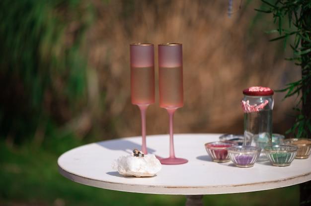 Decoração de cerimônia de casamento, decoração de casamento bonito, flores. duas taças com champanhe
