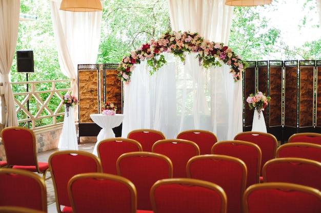 Decoração de cerimônia de casamento, lindo arco de casamento fresco