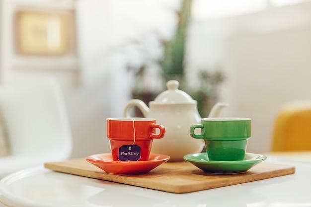 Decoração de chá com duas xícaras no quarto