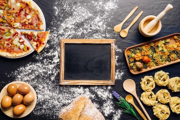 Decoração de comida italiana com ardósia no meio