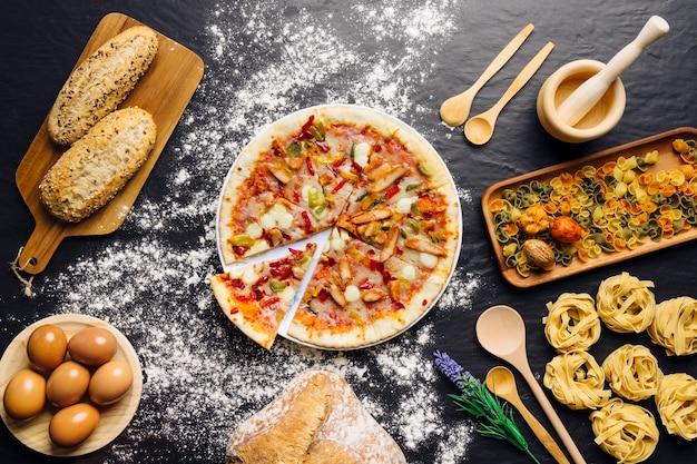 Decoração de comida italiana com pizza e macarrão