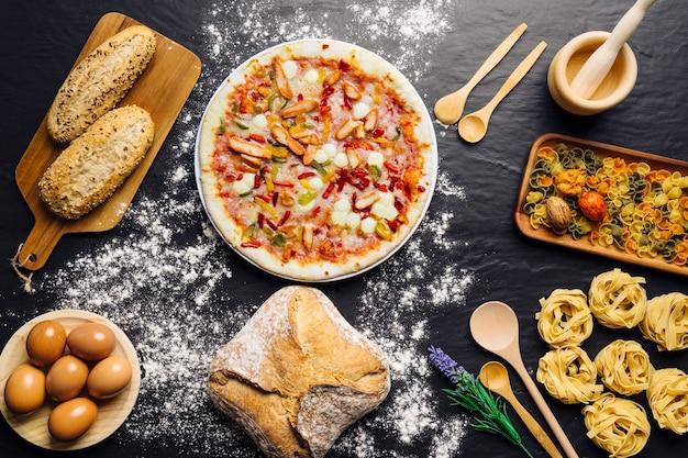 Decoração de comida italiana com pizza e pão